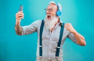 Senior Hipster hört Musik