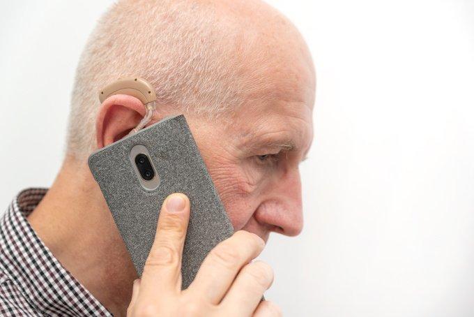 Wenn das Smartphone richtig eingerichtet ist, können sogar Schwerhörige mit einem Bluetooth Hörgerät Anrufe direkt mit der Hörhilfe entgegennehmen.