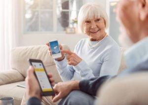 Senioren lernen Smartphone zu bedienen