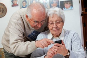 Beim Kauf eines Seniorenhandys müssen Sie auf bestimmte Funktionen und Bedürfnisse des Nutzers achten.