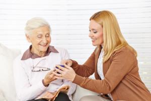Senioren den Umgang mit dem Handy beibringen